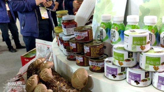 参会的入选品牌——平泉香菇。 郑建卫 摄