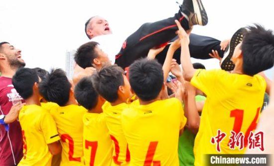 小球员与教练共同庆祝胜利。恒大足校供图