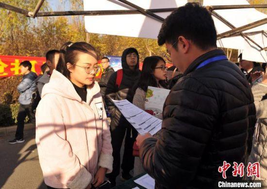 图为招聘会现场,求职者正在投递简历。 韩冰 摄