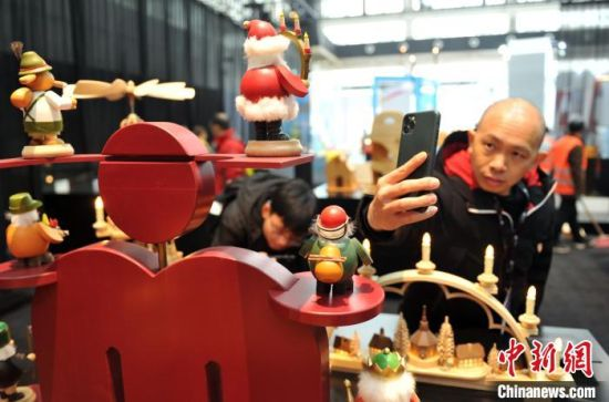 游客正在参观展览。 韩冰 摄