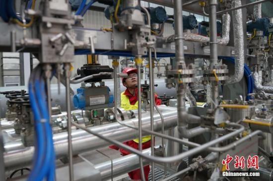资料图:工人检查冬季供暖机器设备。中新社记者 苏丹 摄