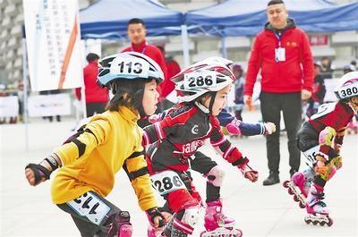 11月9日,石家庄市首届冰雪运动会社会组轮滑比赛暨全国青少年短道速度轮滑巡回赛(石家庄站)在石家庄市怀特文化广场举办。