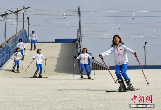 """11月27日,""""河北省冰雪人才培训基地""""――河北体育学院内,冰雪运动系的学生们正在室内仿真冰场进行冰球训练。随着2022年北京冬奥会的日益临近,冰雪运动在河北省愈发火热,为向2022年冬奥会输送冰雪专业人才,该学院自2015年成立冰雪运动系,如今冰雪方向本科生已达上千人。 中新社记者 翟羽佳 摄"""