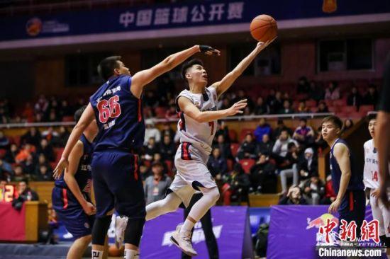 """北京""""小心地滑""""队(白色球衣)对阵吉林市体育局比赛现场。主办方供图"""
