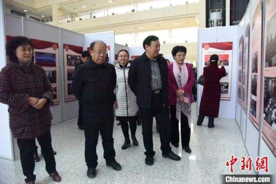 """图为""""侨与新中国""""图片巡回展现场。河北省侨联供图"""