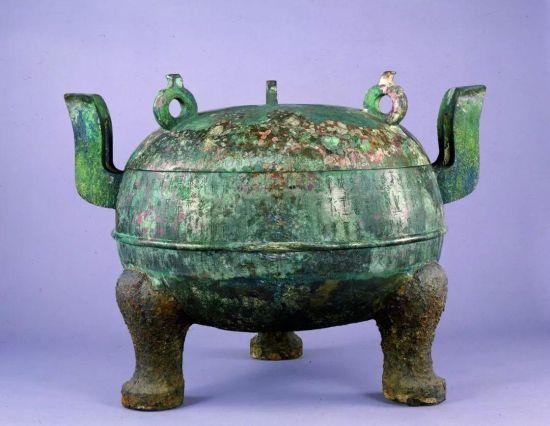 出土于中山王墓的铁足铜鼎,外壁刻有铭文77行,是目前发现的铭文最长的战国时期青铜器。河北博物院供图