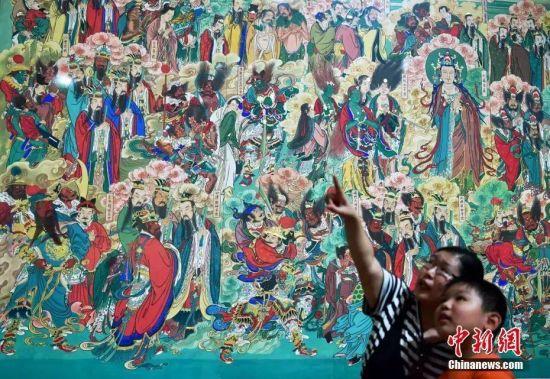 """""""粉壁丹青――毗卢寺壁画艺术展""""。中新社记者 翟羽佳 摄"""