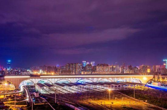 石家庄火车站夜色。郑晓南 摄