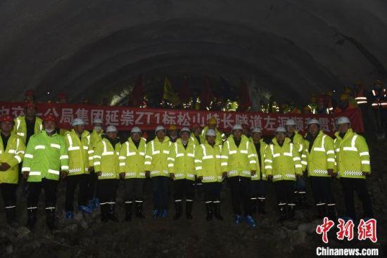 延崇高速松山特长隧道左洞顺利贯通。河北省高速公路管理局供图
