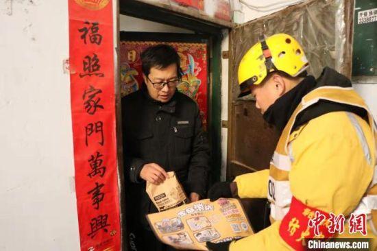 外卖小哥上门送餐同时宣传消防安全知识。邢台消防供图