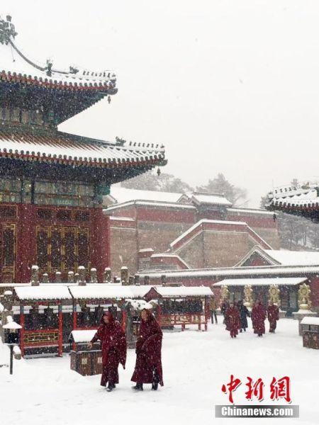 图为大雪纷飞的普宁寺。张桂芹 摄