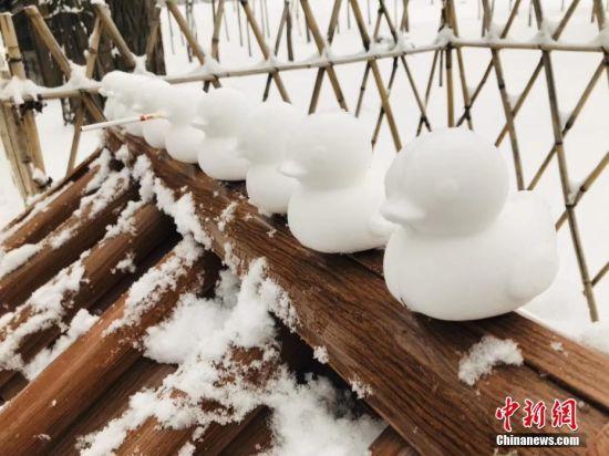 图为避暑山庄内游客堆起的小鸭子。张桂芹 摄