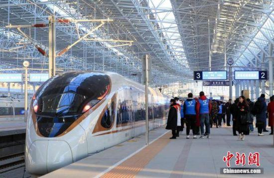 资料图:12月30日,北京至张家口高速铁路(简称京张高铁)开通运营。图为高铁列车停靠在北京北站站台。中新社记者 贾天勇 摄