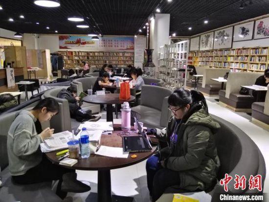 """图为唐山市市民在""""城市书房""""阅读图书。 白云水 摄"""