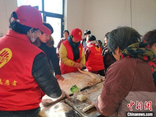 志愿者在平乡县东郭桥幸福小院为孤寡老人包饺子。 李铁锤 摄