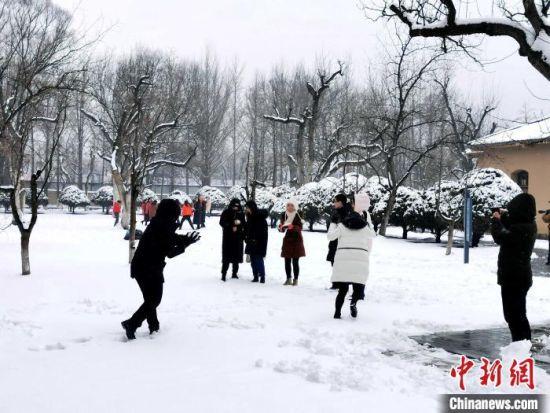 陕西延安迎2020年首场降雪。 高铖 摄