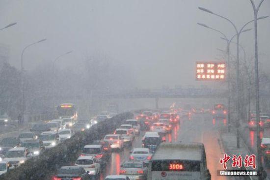 资料图:高速公路封闭。中新社记者 启明 摄