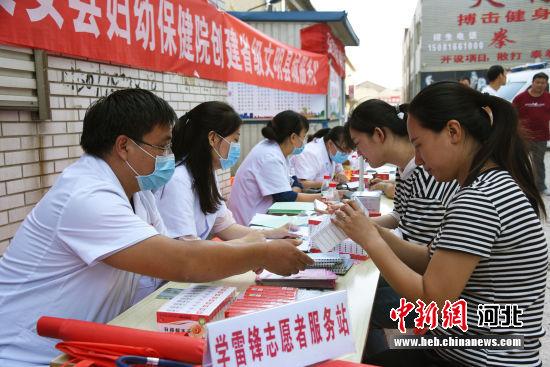 文安县开展医疗卫生下乡志愿办事运动。图为活动现场。 王猛 摄