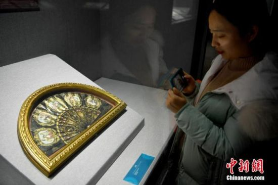 图为一位市民参观展览。中新社记者 翟羽佳 摄