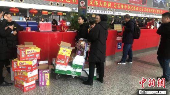 图为航空公司为旅客发放延误餐。河北机场管理集团供图