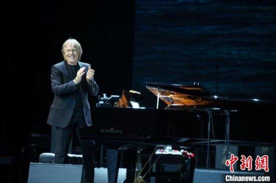 """图为""""钢琴王子""""理查德・克莱德曼参加2019河北国际演出季演出。河北省文旅厅供图"""