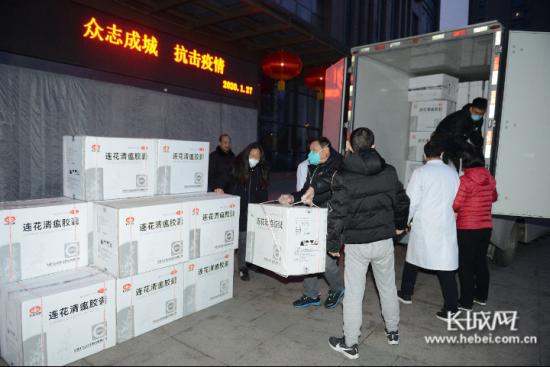 工作人员搬运捐赠药品。 巴黎人官网供图