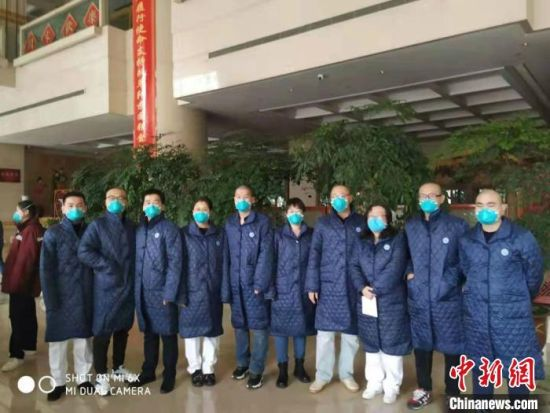 图为河北北方学院附属第一医院援鄂抗疫的10名队员合影,很多人到了武汉就把头发剃了�!∈芊谜吖┩� 摄