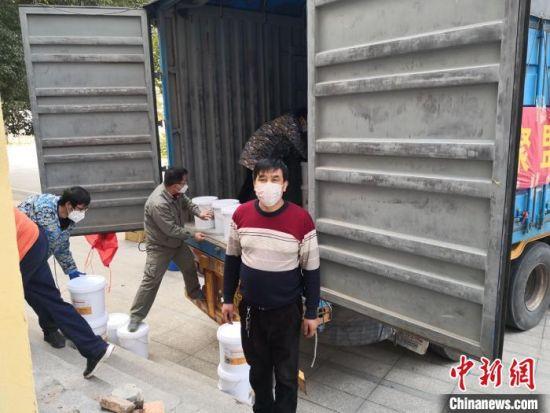 工作人员正在装载救援物资。 河北慈善联合基金会供图