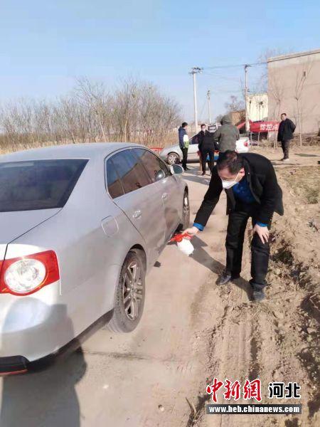 扶贫干部对进出乡村车辆消毒。 博野宣扬部供图