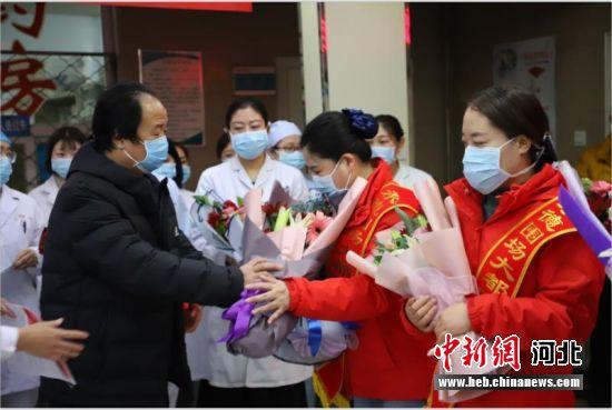 ����(chang)�l生健康(kang)局局�L李��(bao)志送行出征�t�o人�T(yuan)。 白�喳� �z