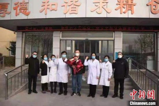 河北(bei)邢台首(shou)例治愈(yu)的新冠肺炎患者正式出院(yuan)。 ���i翔 �z