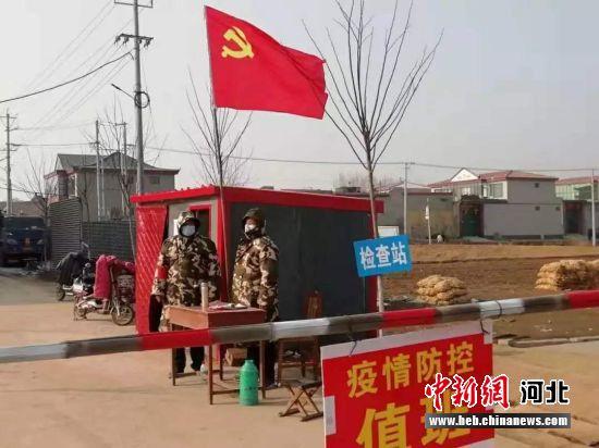 �h�T(yuan)�M成突�絷�(dui)在村口防(fang)控��(zhi)勤(qin)。 ���i翔 �z