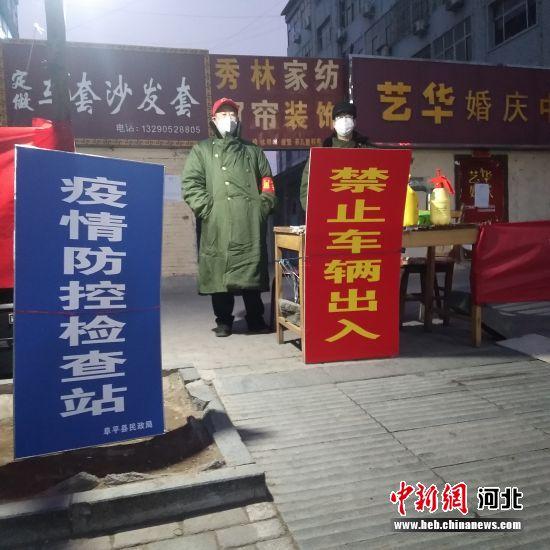 小(xiao)�^志(zhi)�者在阜平�h建�O局家��(shu)�强�糖凇� 李秀芹(qin) �z