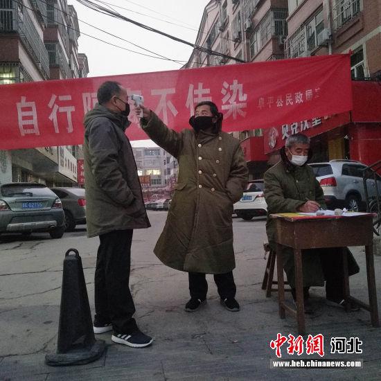 志(zhi)�者在阜平�h城�(lian)社家��(shu)�欠酪�z查站(zhan)�槌鋈刖用�y�w�亍� 李秀芹(qin) �z