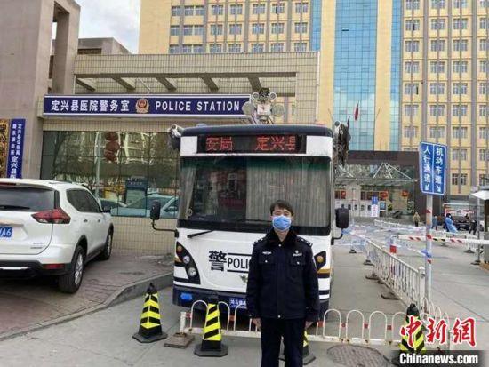 定兴县公安局路东派出所副优点王申在病院执勤。 定兴县公安局供图