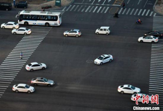 2月10日,复工第一天的下班时间,河北省会石家庄道路上的车流渐多。 翟羽佳 摄