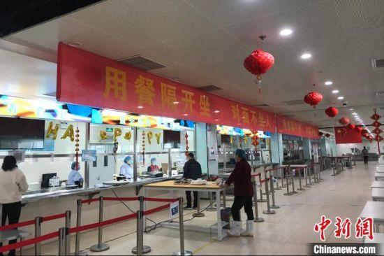 河北霸州云谷电子科技有限公司复工后,食堂要求员工间隔用餐。 徐巍 摄