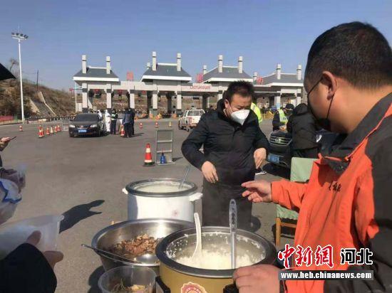 """民众为高速涞源南口检测点工作人员送""""爱心餐""""。 涞源县委宣传部供图"""