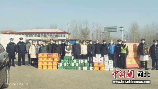 涞源白石山大剧院工作人员为防疫人员送来牛奶、面包等物资。 涞源县委宣传部供图