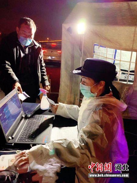 王风华在检查站对每一位过往人员进行登记检查。 邢台市公安局开发区分局供图