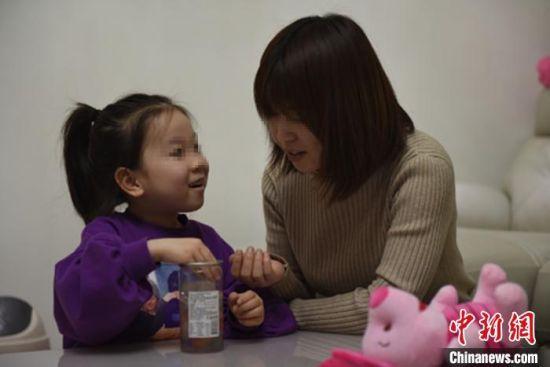 图为女儿在家中等待王鸿宇回家。 警方供图