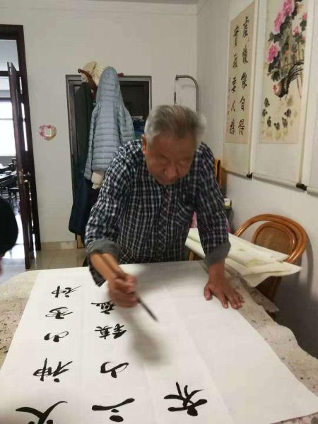 老党员崔志军创作书法作品。 供图