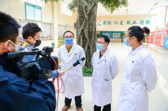 王亚秋接受当地媒体采访。 刘士富 摄