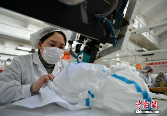 2月17日,位于河北石家庄的际华3502职业装有限公司二分厂生产车间内,工人们在生产线上有条不紊地忙碌着。中新社记者 翟羽佳