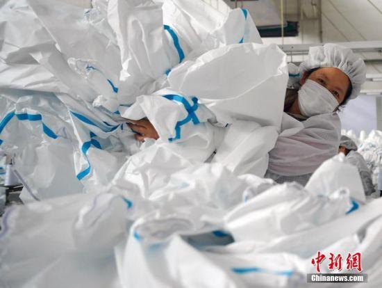 2月17日,位于河北石家庄的际华3502职业装有限公司二分厂生产车间内,工人们在生产线上有条不紊地忙碌着。中新社记者 翟羽佳 摄