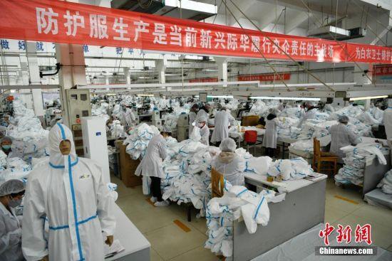 2月17日,位于河北石家庄的际华3502职业装有限公司二分厂生产车间内,工人们在生产线上有条不紊地忙碌着。