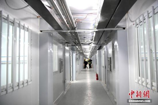 资料图:武汉雷神山医院病房通道。中新社记者 安源 摄