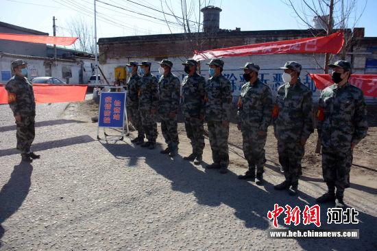 东赵厂村的8名退役武士列队执勤。 郭英�j 摄