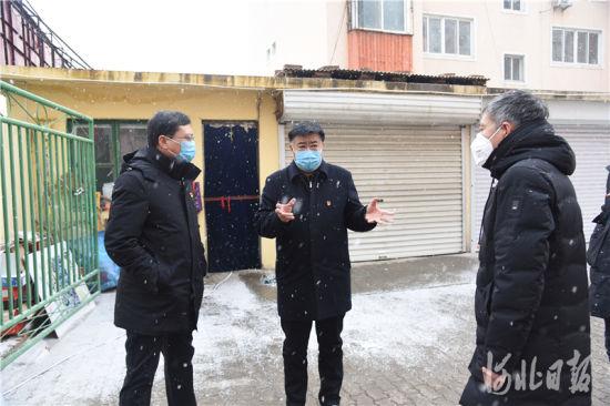 卢龙县委书记鞠世闻(中)冒雪督导检查疫情防控工作。