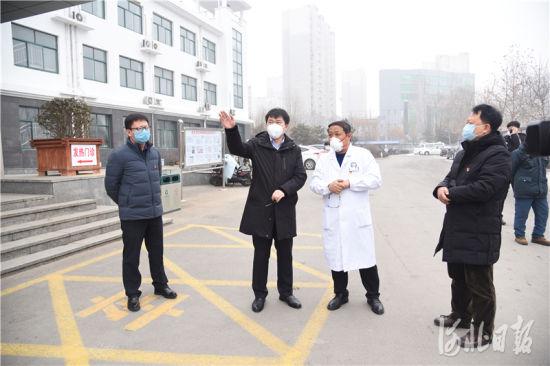 卢龙县委副书记、县长张志明(左二)到卢龙县医院督导检查新型冠状病毒肺炎核酸检测PCR实验室进展情况。